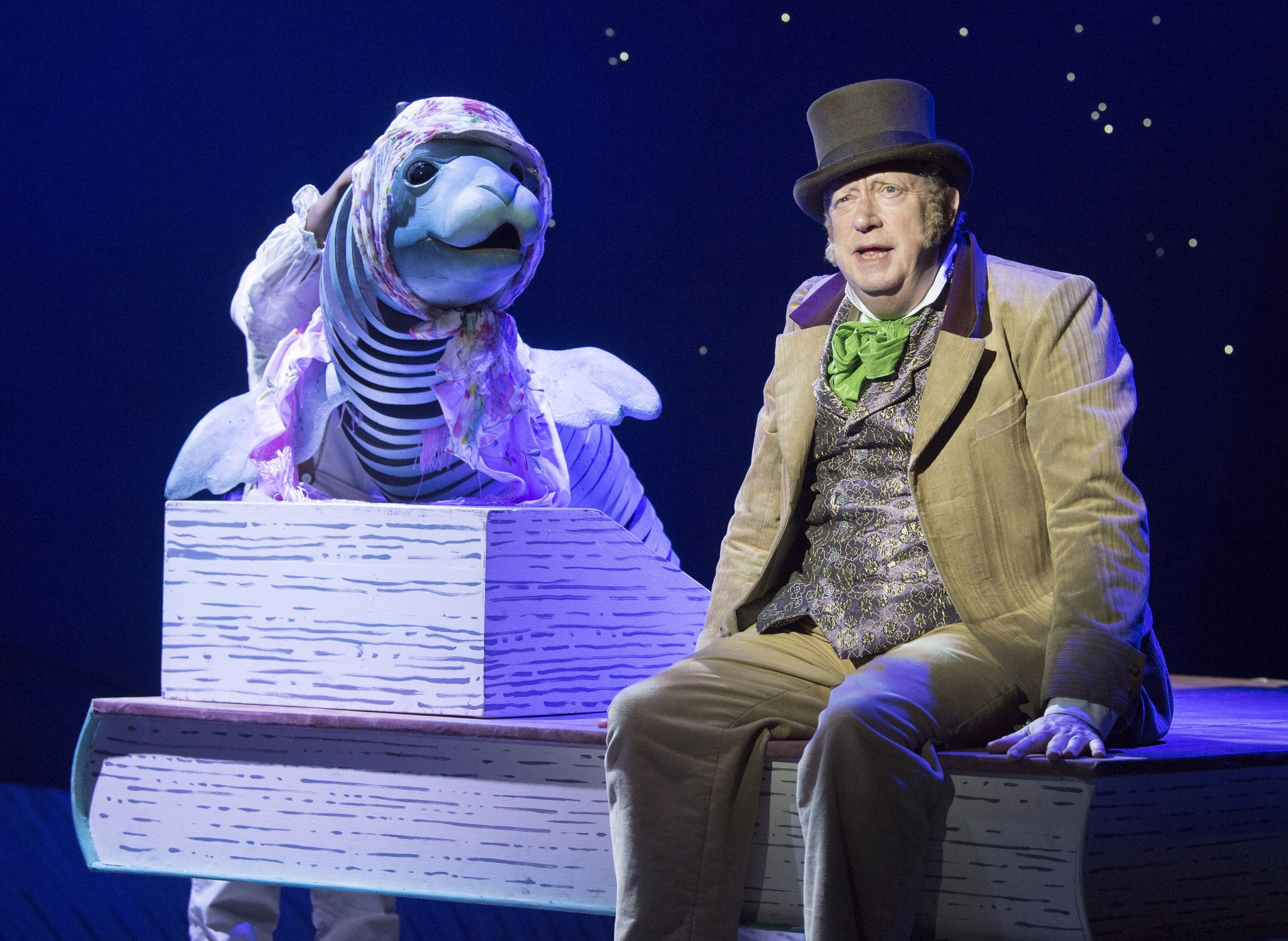 16 Mark Williams as Doctor Dolittle with Sophie the Seal in DOCTOR DOLITTLE. Credit Alastair Muir